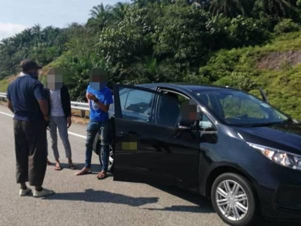 Polis menyoal siasat empat lelaki berkenaan yang cuba rentas negeri dari Senai, Johor ke Besut Terengganu.