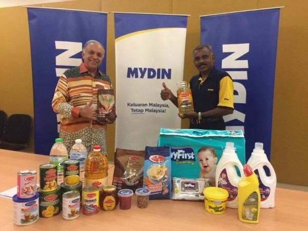 Ameer Ali (kiri) dan Pengurus Besar Bahagian Import dan Eksport Mydin, Norman Rajen Abdullah menunjukkan sebahagian produk jenama sendiri Mydin.