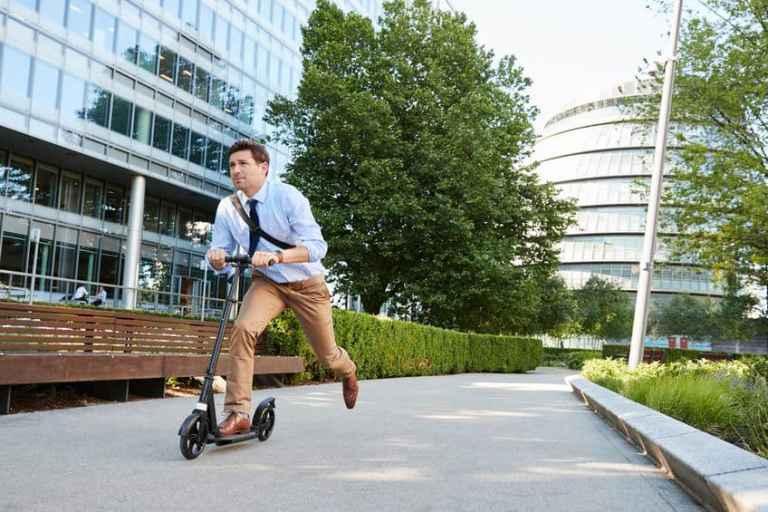 Un hombre usando un scooter