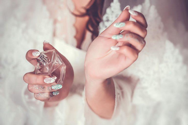 Mujer con perfume en sus manos
