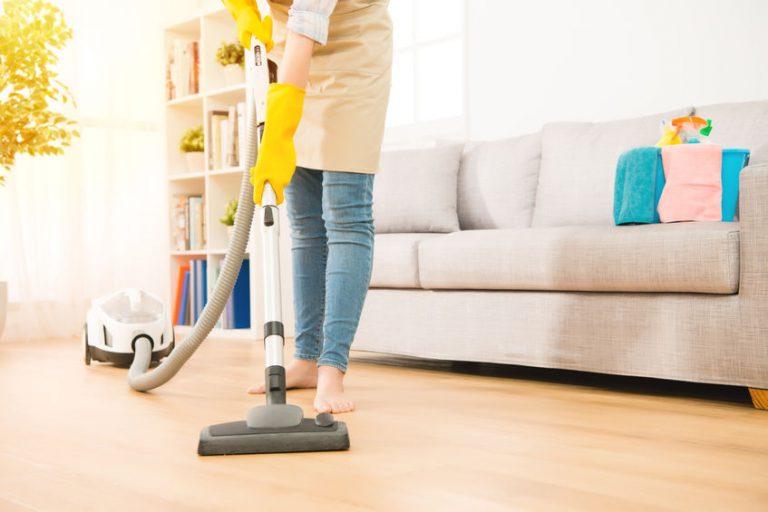 Mujer limpiando habitación