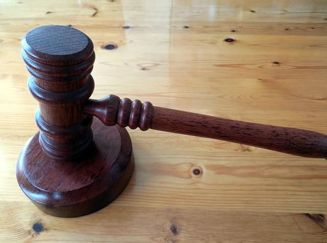 """Según la Unión Europea, los jueces españoles pueden anular las cláusulas hipotecarias abusivas. El tribunal de justicia de la Unión Europea (TJUE) ha dejado abierta la posibilidad de que los jueces españoles puedan dejar sin aplicación las cláusulas hipotecarias, que estimen abusivas. Esta sentencia se refiere a varios casos de desahucio que se pretendían ejecutar. Al examinar los casos, el juez se planteó la cuestión del carácter abusivo de algunas cláusulas hipotecarias, sobre todo, aquellas en relación a los intereses de demora. Traslado sus dudas a la UE y preguntó si la legislación española aplicable es compatible con las normas comunitarias. Según la ley española el juez debe ordenar que se recalculen los intereses de demora cuyo tipo sea superior a tres veces el tipo de interés legal, para que no se supere este umbral. El Tribunal de Justicia concluye que la legislación española es compatible con la de la UE, siempre que se cumplan dos condiciones; en primer lugar, que su aplicación no prejuzgue por parte de la apreciación del juez el carácter abusivo de la cláusula y en segundo lugar, que no impida que el juez deje sin aplicar la cláusula si considera que es abusiva. Sobre el carácter abusivo el Tribunal de Justicia dice que, """"la obligación de respetar el límite de interés de demora, no impide en absoluto al juez considerar la cláusula como abusiva"""". Dice además que, """"en el supuesto de que el tipo de interés de demora estipulado en la cláusula sea superior al establecido en la ley española y deba ser objeto de limitación, no es óbice para que, si la cláusula tiene carácter abusivo, el juez nacional pueda derivar de ello todas las circunstancias previstas en la directiva (sobre cláusulas abusivas), procediendo en su caso, a anular dicha cláusula."""""""