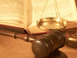 """Demanda de nulidad de cláusula suelo y reclamación de las cantidades indebidamente abonadas a la entidad financiera. Según el auto de la Audiencia Provincial de Castellón (s. 3ª) de 12 de noviembre de 2014, este tipo de reclamación es competencia de los Juzgados de Primera Instancia y no de los Juzgados de lo Mercantil. La base jurídica para este tipo de reclamación de cantidad, está constituida por la pretendida abusividad de la cláusula suelo, con fundamento en la legislación protectora de consumidores, sin que el hecho de que se trate de una condición general le dote de singularidad tal que determine la competencia de los juzgados de lo mercantil. A la vista de la regulación específica y teniendo en cuenta la perspectiva expuesta acerca de que las pretensiones, que no estén claramente comprendidas entre las competencias de los juzgados de lo mercantil han de ser conocidas por los juzgados de primera instancia, que acciones sobre condiciones generales de la contratación """"en los casos previstos en la legislación sobre esta materia""""(art. 86.ter.2-d LOPJ) son específicamente las colectivas expresa y diferenciadamente contempladas en la Ley de Condiciones Generales de la Contratación. Además, siendo la parte actora la que decide la acción a ejercitar y el planteamiento de su pretensión, ha optado en el este caso por formular una demanda de reclamación de cantidad, al final de la que pide la condena de la entidad financiera al pago de una suma de dinero. No ejercita, pues, acción específica de nulidad de condición general (cuestión distinta, es que apoye su pretensión monetaria en la pretendida nulidad de la cláusula suelo y alegue el carácter abusivo de la misma). El juzgado procede, por lo dicho, a declarar la competencia del juzgado de Primera Instancia de procedencia."""