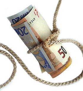 Según un estudio la banca deberá devolver más de 12.000 millones de euros por las cláusulas suelo. El sector bancario en su conjunto deberá abonar unos 12.600 millones de euros a sus clientes después de que el Tribunal Supremo declarase nulas la cláusulas suelo de todas aquellas hipotecas que no fueran transparentes en sus enunciados. La sentencia del Supremo obliga a la banca a devolver lo cobrado de más en las cláusulas suelo, sin embargo, no obliga a las entidades financieras a devolver las cantidades cobradas de más antes del 9 de mayo de 2013, pues la ley no es retroactiva. Las entidades bancarias se librarán pues de tener que devolver 19.000 millones de euros a sus clientes. Según Sin Cláusulas el ahorro de un consumidor al eliminar la cláusula suelo de una hipoteca de tipo medio en España es de unos 150 euros al mes, lo que supone al año un total de unos 1.800 euros. Basándonos en estos datos, calculamos que los afectados podían reclamar de media a sus entidades unos 9.200 euros por el periodo comprendido entre 2007 y 2013 en el que se habían estado cobrando cantidades de más. Por desgracia, como el Tribunal Supremo ha decidido que esta medida no es retroactiva y limita las devoluciones a partir de mayo de 2013, les bastará con abonar unos 3.600 euros por cliente, que multiplicado por los 3,5 millones de hipotecas con cláusulas suelo se traduce en los 12.600 millones que la banca deberá devolver. Si su contrato hipotecario contiene cláusulas suelo abusivas, desde SinCláusulas ofrecemos a las familias afectadas por este tipo de acciones diversas modalidades de pago, y solo cobramos cuando se gana la demanda en el juzgado. También se aplica un mejor precio en caso de realizar una gestión previa extrajudicial, donde no deberían desembolsar nada, y solo en el caso de firmar un acuerdo favorable para nuestros Clientes. Llámanos sin compromiso alguno al Teléfono de Atención al Cliente 629 879 429.