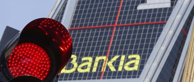 El juzgado de primera instancia número 34 de Madrid condena a Bankia a devolver 900.000 euros que una pareja invirtió en preferentes. En el escrito final de la sentencia puede leerse que los demandantes sufrieron un vicio del consentimiento y que la entidad nacionalizada no ha conseguido acreditar millones dque los clientes conocieran todas las circunstancias, incluida la precaria situación fiscal en el 2009, año en que se firmó el contrato, a través del cual la pareja había invertido el dinero cobrado por la venta de una empresa. La sentencia dicta que se produjo un grave vicio del consentimiento, ya que a los clientes no se les facilitó en ningún momento la información obligatoria, firmándose el contrato sin que estos conocieran todos los riesgos, y culpa a Bankia de no cumplir con todos los trámites reglados oportunos y obligatorios. La entidad, además, no ha podido acreditar que cumpliera con todas las exigencias normativas de cara a los clientes/inversores hasta el punto de que éstos conocieran toda la información y riesgos, incluida la situación real de la entidad, en el momento de emitir las preferentes. Y en especial, los clientes desconocían el riesgo que suponía la adquisición de las participaciones preferentes en el momento de firmar el contrato. En el procedimiento se ha condenado a Bankia a devolver todo el dinero invertido, más los intereses y el pago de las costas judiciales. Entre los pagos ya realizados y las provisiones constituidas BFA-Bankia asume un coste total de 1921 millones de euros entre las cantidades reembolsadas mediante arbitrajes (alrededor de 1200 millones) y el total de costas y condenas judiciales. A lo largo de 2014 los juzgados condenaron a la entidad bancaria a pagar 237 de los 246 millones de quebranto que debía asumir el banco cotizado en función del convenio suscrito entre éste y el FROB. La provisión constituida por la entidad para cubrir los costes de las reclamaciones judiciales por las preferentes alcanzó el pasado año un 