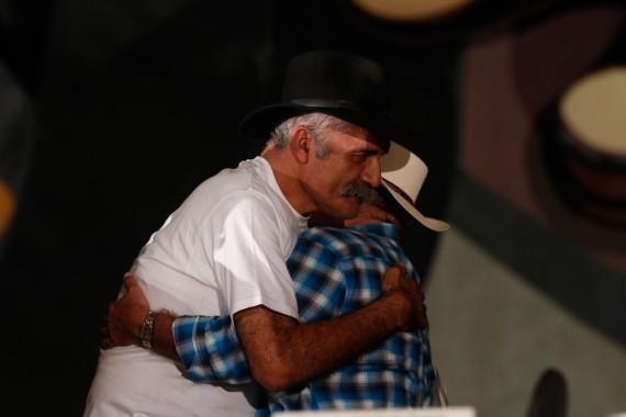 Abrazo entre los fundadores de la autodefensas en Michoacán. Foto: Francisco Cañedo, SinEmbargo
