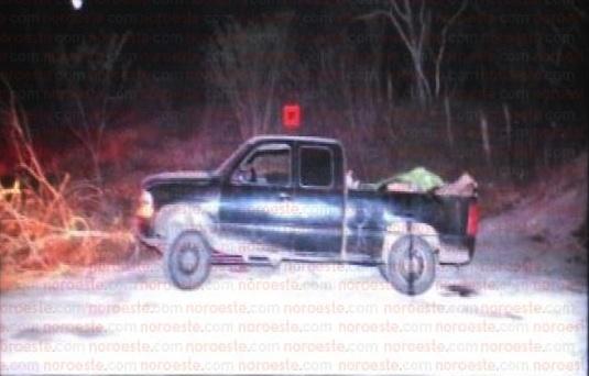 La madrugada de este lunes, las autoridades hallaron una camioneta con 12 cuerpos. Foto: Noroeste
