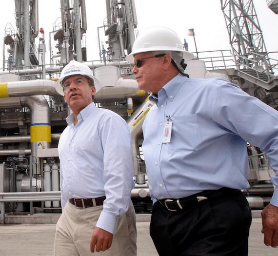 """El ex Presidente Felipe Calderón y Donald E. Felsinger, presidente de Sempra Energy, al inaugurar en 2008  la terminal de recibo de almacenamiento y regasificacion de gas natural licuado """"Energia Costa Azul"""". Foto: Cuartoscuro."""