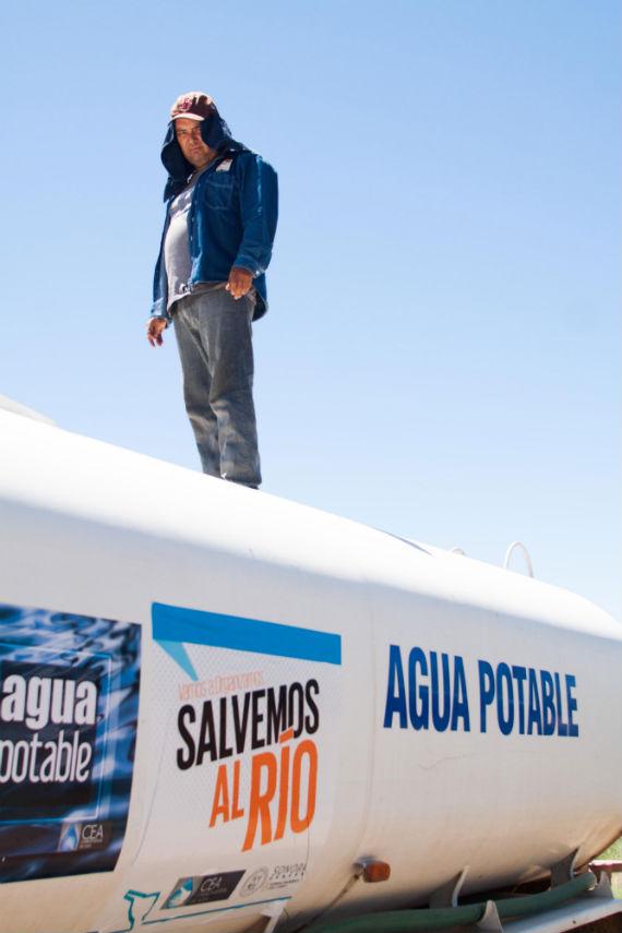 """""""No paro, no paro, pero no nos damos abasto"""": un repartidor de agua potable. Foto: Antonio Cruz, SinEmbargo"""