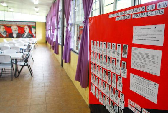 Los 43 normalistas desaparecidos estudiaban en salones sin material didáctico y con pupitres deteriorados. Foto: Antonio Cruz, SinEmbargo.
