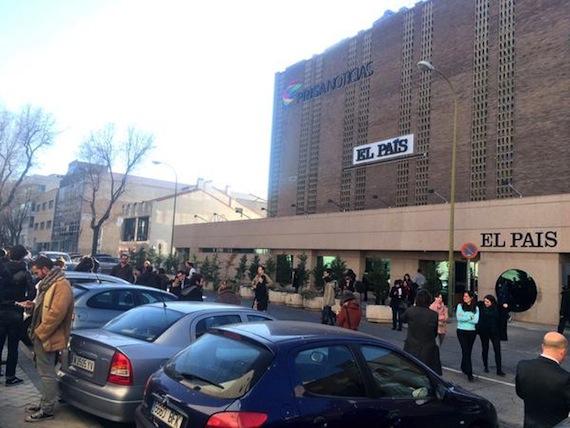 La plantilla tuvo que dejar sus puestos de trabajo alrededor de las 15:00 horas. Foto: Twitter vía @basteiro.