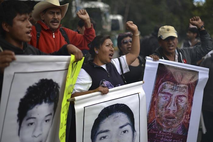 Familiares de los 43 normalistas se manifestaron el pasado 25 de diciembre en la Embajada de Alemania en México. Foto: Cuartoscuro.