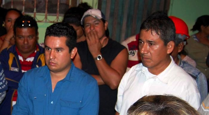 José Moisés Sánchez, a la derecha del alcalde de Medellín, Omar Cruz Reyes, durante una reunión con vecinos vigilantes. Foto: Cuartoscuro