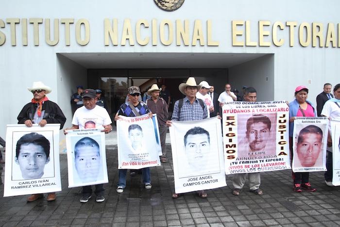 Padres de los 43 estudiantes normalistas desaparecidos en Iguala hace 6 meses, se reunieron con el Lorenzo Córdova, presidente del INE, en las instalaciones del instituto para entregar un documento en el que exigen que se cancelen las elecciones del próximo 7 de junio en Guerrero. Foto: Cuartoscuro