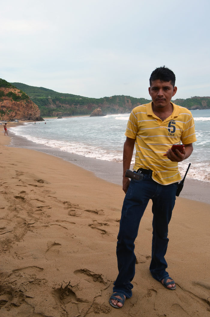 emeí Verdía, comandante de las autodefensas de la comunidad indígena de Ostula, detenido por la Marina. Aquí en la playa de Coahuayana. Foto: Sanjuana Martínez, SinEmbargo.