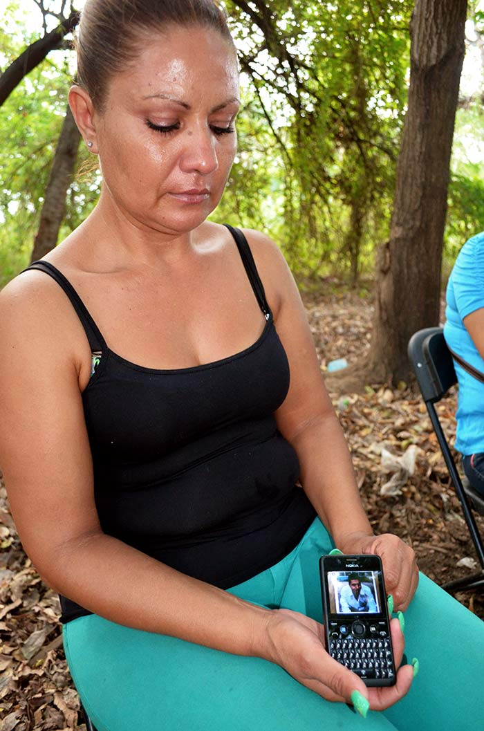 Rosa Alcalá, mamá de Alejandro Aguirre Alcalá muerto en Apatzingán. Fotos: Sanjuana Martínez