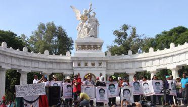 Los manifestantes recorrieron el Paseo de la Reforma gritando consignas en contra del Gobierno y del Ejército. Foto: Luis Barrón