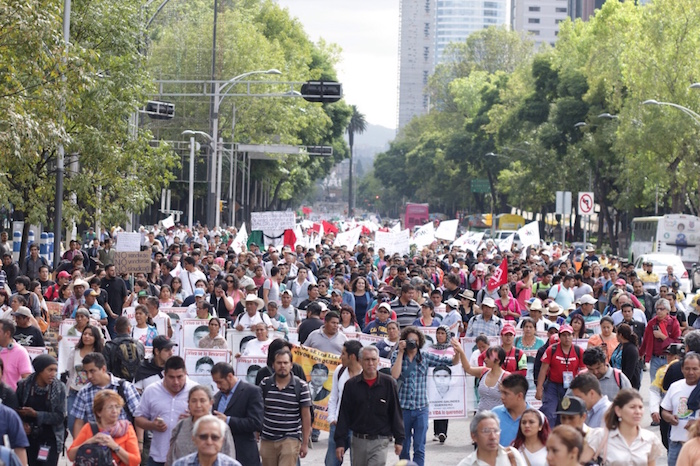 Miles de personas marchan en la Ciudad de México para exigir justicia por los 43 normalistas de Ayotzinapa. Foto: Francisco Cañedo, SinEmbargo