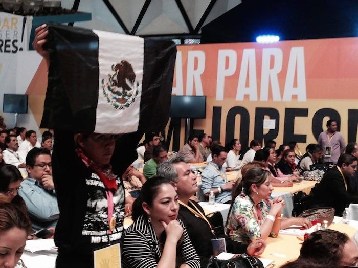 Una de las asistentes sacó una bandera de México de color negro, en señal de luto por los 43 normalistas desaparecidos. Foto: David Huerta Martínez