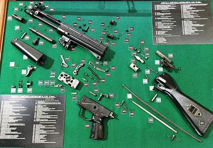 Subametralladora MP-05, también fabricada por Heckler & Koch. El arma desarticulada está exhibida en el Museo del Ejército, en el centro de la Ciudad de México. Foto SinEmbargo Humberto Padgett
