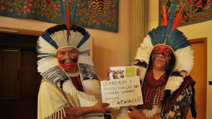 Natanael Vilolharva y Valdelice Veron, líderes indígenas Guaraní Kaiowá de Brasil defienden el derecho a la demarcación de sus tierras. Foto: Luna Gámez/ElDiario.es