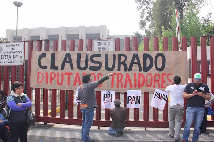 Sindicalistas se apersonaron en la entrada de San Lázaro. Foto: Luis Barrón, SinEmbargo.