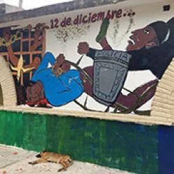 Mural en la Normal isidro Burgos alusivo al choque de estudiantes de Ayotzinapa con policías el 12 de diciembre de 2011. Murieron dos jóvenes y se acreditó la utilización de fusiles G-36 de H&K
