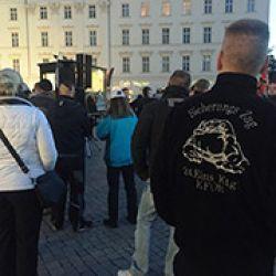 Jóvenes de la ultraderecha alemana, en Leipzig, protestan contra la recepción de refugiados sirios