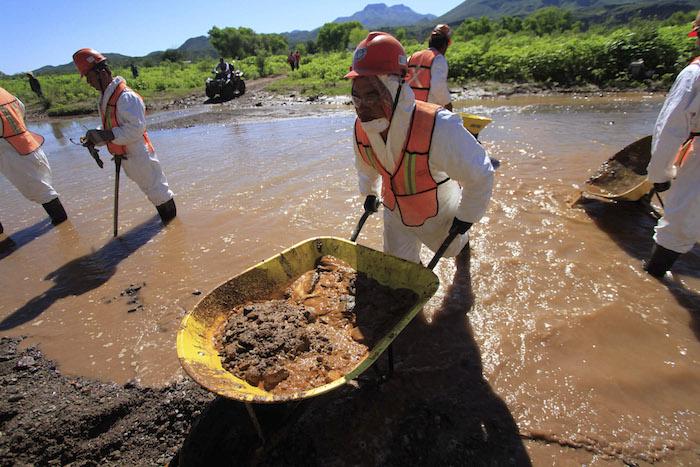 Cientos de trabajadores realizaron labores de limpieza en el Río Sonora, luego del derrame de agosto del 6 de agosto 2014. Foto: Cuartoscuro