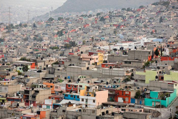 Esta foto del 19 de enero de 2015, muestra una vista de las casas sobre una colina en Ecatepec, un barrio en las afueras de la Ciudad de México. El Papa Francisco celebró este 14 de febrero una misa aquí. Según el Observatorio Nacional del Feminicidio, al menos 1,554 mujeres están desaparecidas desde 2005 sólo en el Estado de México. Foto: Eduardo Verdugo, AP