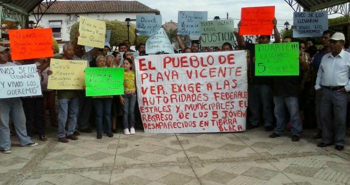 Familiares enteras de Playa Vicente se alzaron en protesta y activaron movilizaciones para exigir al Gobierno del estado la aparición con vida de cinco jóvenes secuestrados en Tierra Blanca. Foto: Cuartoscuro/Archivo