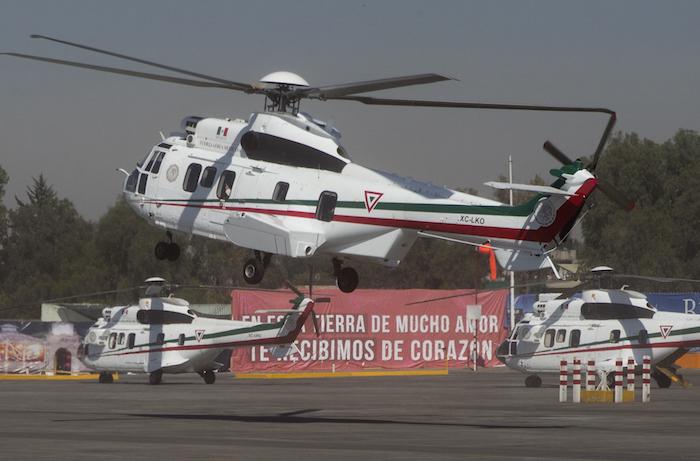 El Papa Francisco saluda desde la ventana de su helicóptero al llegar a Ecatepec. Foto: AP.