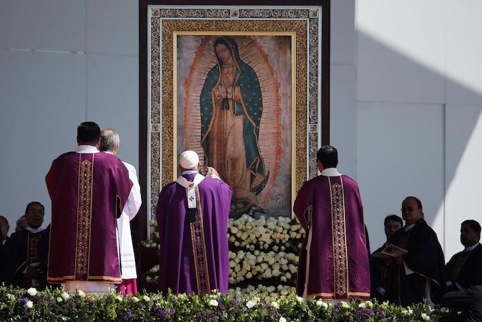 El Papa Francisco se para delante de una imagen de la Virgen de Guadalupe en el comienzo de la misa en Ecatepec. Foto: AP.