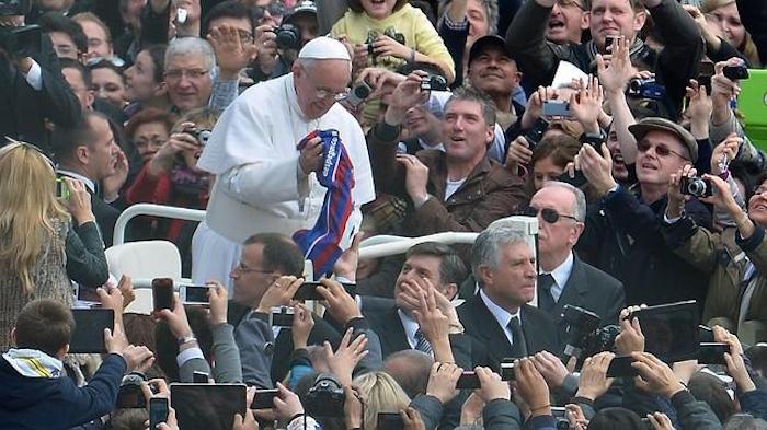 Es por todos conocida la afición al futbol del Papa. Foto: EFE