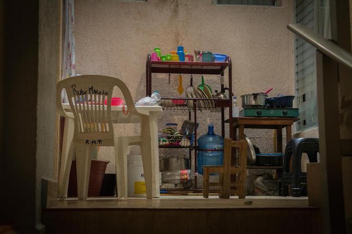 """Queremos una casa donde podamos tener nuestras cosas, un refrigerador, un comedor, sillas"""", lamenta el comisario. Foto: Foto: Daniel Ojeda/VICE."""