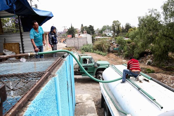 Cargando una pipa en el pozo Chautonco 1. Foto: Francisco Cañedo, SinEmbargo.