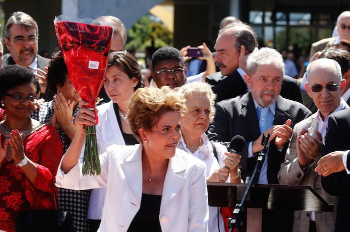 Dilma Rousseff fue arropada hoy por miles de seguidores al abandonar el Palacio de Planalto. Foto: Xinhua