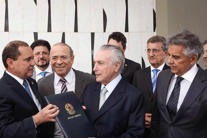 El vicepresidente brasileño Michel Temer luego de recibir la notificación en la que asume la Presidencia mientras se lleva a cabo el juicio político contra Rousseff. Foto: Xinhua
