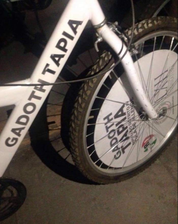 Bicicletas rotuladas con el nombre de Ismael Gadoth, candidato del PRI en Tula. Foto: Twitter