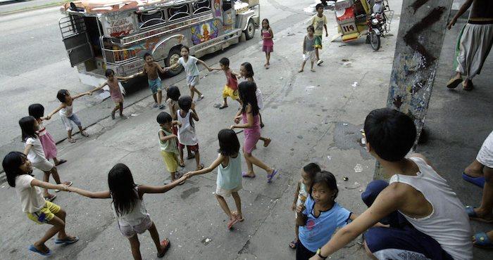 Las zonas geográficas que más sufren esta brecha de desigualdad entre niños ricos y pobres son Asia meridional y África subsahariana, donde el acceso de los niños a la escuela primaria es inalcanzable para muchas familias. Foto: EFE