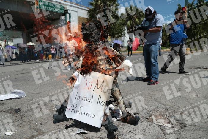 Manifestantes quemaron viñetas. Foto: Jessica Torres, El Sur