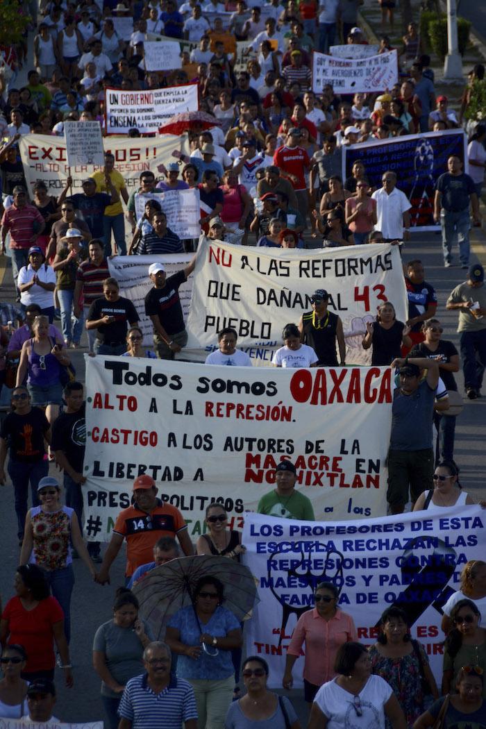 CANCÚN, QUINTANA ROO, 26JUNIO2016.- Marcha pacífica de maestros, estudiantes y cancunenses en apoyo al magisterio de Oaxaca y a los estudiantes desaparecidos de Ayotzinapa. FOTO: ELIZABETH RUIZ /CUARTOSCURO.COM