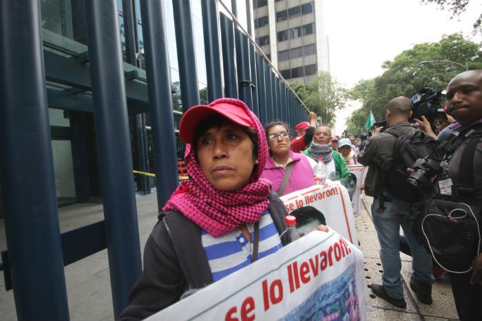 Los padres de los 43 normalistas de Ayotzinapa recordaron afuera de la PGR que sus hijos desaparecieron hace 21 meses. Foto: Valentina López, SinEmbargo