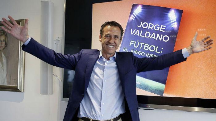 Un Valdano sonriente presenta su libro en España. Foto