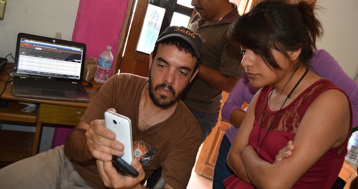 Integrantes de Rhizomatica muestran funcionamiento de telefonía celular comunitaria. Foto GlobalVoice / (Rhizomatica Wiki bajo licencia Creative Commons).