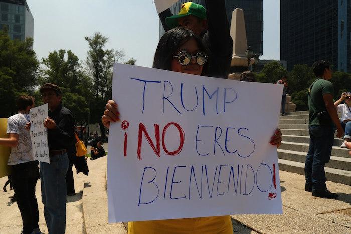 Capitalinos se manifestaron con pancartas en el Ángel de la Independencia en repudio de la visita de Donald Trump a México. Foto: Crisanto Rodríguez, SinEmbargo.