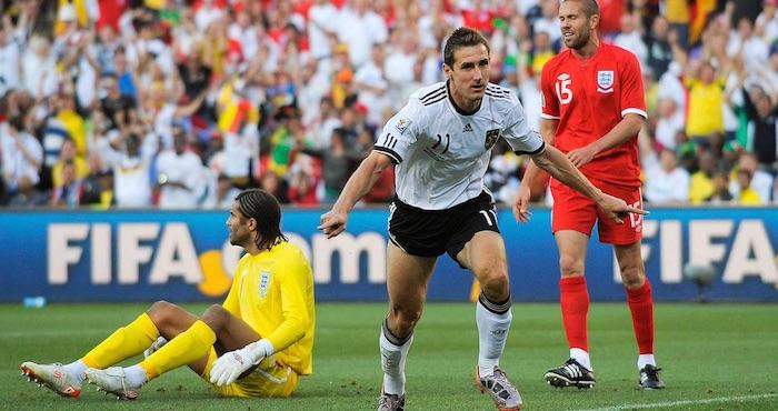 Klose celebra un tanto frente a la selección de Inglaterra en el Mundial de Sudafrica 2010. Foto: Twitter @DFB_Team_ES