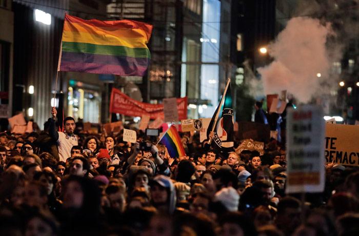 Manifestantes protestan en la quinta avenida frente a la Torre Trump, el miércoles 9 de noviembre de 2016, en Nueva York, en oposición al triunfo de Donald Trump en las elecciones presidenciales. Julie Jacobson, AP