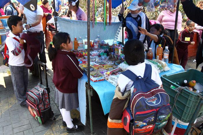 nios comida chatarra 3 - Por la puerta grande, denuncian, la chatarra entra a escuelas y nutre crisis de obesidad infantil