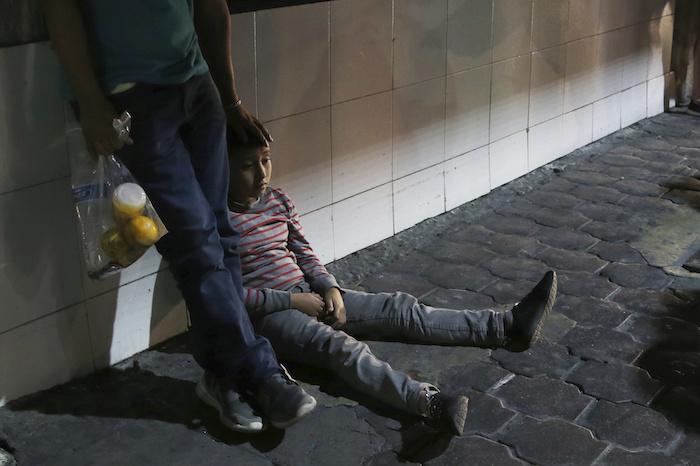 """ap19206170307191 - """"Nos han dejado aquí tirados"""", dicen migrantes devueltos de EU y abandonados en Monterrey"""